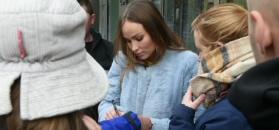 Zziębnięta Książkiewicz w futrze pozuje z fanami i rozdaje autografy