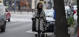 """Kazadi w biało-czarnym """"kocu"""" snuje się po ulicy"""