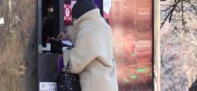 Opatulona szalem Olejnik kupuje poranną prasę