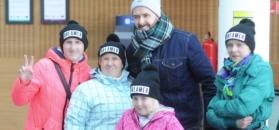 Grzegorz Hyży rozdaje autografy dzieciom i odjeżdża porsche