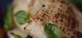 Filet z kurczaka pieczony ze szparagami. Prosto i efektownie