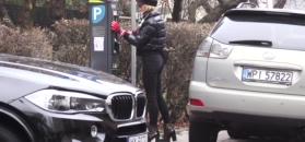 Chodakowska w bardzo obcisłych spodniach obsługuje parkometr