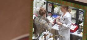 Kraciasta Kalicka robi zakupy w centrum handlowym i wącha kosmetyki