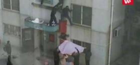 Dostrzegli zwisające z okna dziecko. Zareagowali natychmiast