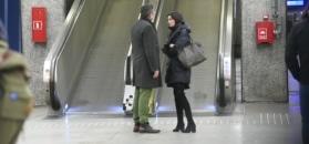 Zatroskany Sołtysik tuli żonę na peronie
