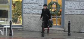 Monika Olejnik w czerwonych rajstopach kupuje prezenty