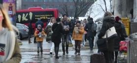 Rozweselona Gosia Rozenek kwestuje z Radkiem i dzieciakami w centrum Warszawy