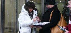 Kukulska w białej puchówce rozdaje autografy