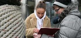 Zaaferowana Książkiewicz rozdaje autografy pod budynkiem TVN-u
