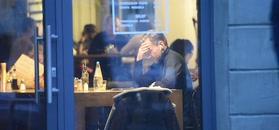 Samotny Kraśko z przejęciem macha łyżką podczas obiadu