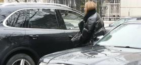 Czarna Chodakowska podjeżdża Porsche Cayenne na obiad z mężem