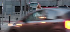 Olejnik w kraciastej mini mknie do auta