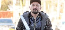Błyszczący Patryk Vega kroczy do auta za ponad 600 tysięcy złoty