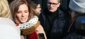 Skwaszona Szroeder pozuje z fanami pod TVN-em