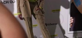 Buzek zaaferowana psem na premierze filmowej