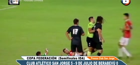 #dziejesiewsporcie: piłkarz znokautował dwóch rywali!