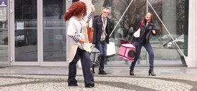 Ewa Minge z miauczącym kotem w kieszeni wychodzi z TVP