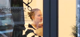 Karolina Pisarek bawi się z psami u fryzjera