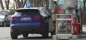 Beżowa narzeczona Szyca tankuje Jaguara
