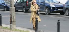Monika Olejnik człapie środkiem ulicy
