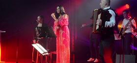 Cekinowa Kayah dowcipkuje na scenie o Paryżu
