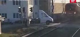 Wypadek na przejeździe. Nagranie monitoringu