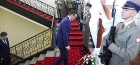 Katastrofa smoleńska. Mateusz Morawiecki złożył kwiaty pod tablicą upamiętniającą ofiary