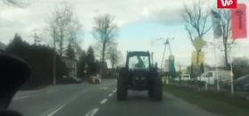 Traktorem do tyłu. Kuriozum na drodze pod Warszawą