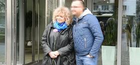 Katarzyna Grochola nieśmiało pozuje z mężem pod TVN-em