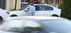 Paweł Deląg zajada loda w białym BMW wartym 400 tysięcy złotych