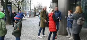 Młodzieżowy Hubert Urbański pozuje z fanami, a jego córki grzecznie czekają