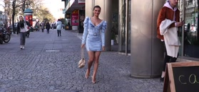 Natalia Janoszek w jeansowej mini eksponuje biust