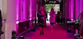 Młodzieżowa Majka Jeżowska przebiera się przed wejściem na galę Miss Warszawy