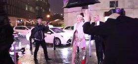 Uradowana Małgorzata Kożuchowska przybywa w strugach deszczu na urodziny butiku
