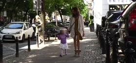 Anna Wendzikowska pozuje z córką przed paparazzi