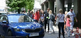 Zadowolony Tomasz Karolak robi zdjęcia z fanami i odjeżdża range roverem