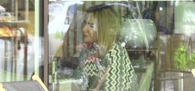 Blanka Lipińska w kozakach na obcasie zagaduje fotoreporterów