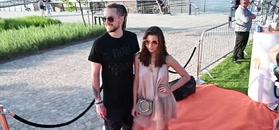 Objęci Julia Wieniawa i Baron spacerują nad Wisłą