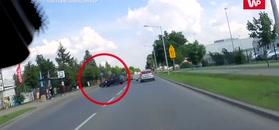 Nagle skręcił. Motocyklista aż zrobił salto