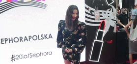 Julia Wieniawa ze skaleczoną stopą szczerzy się przed paparazzi