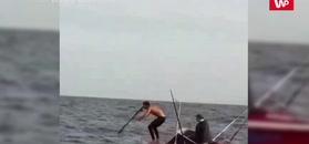 Chciał upolować wielką rybę. Zobacz nagranie z łodzi