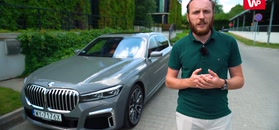 BMW serii 7 na parkingu i autostradzie